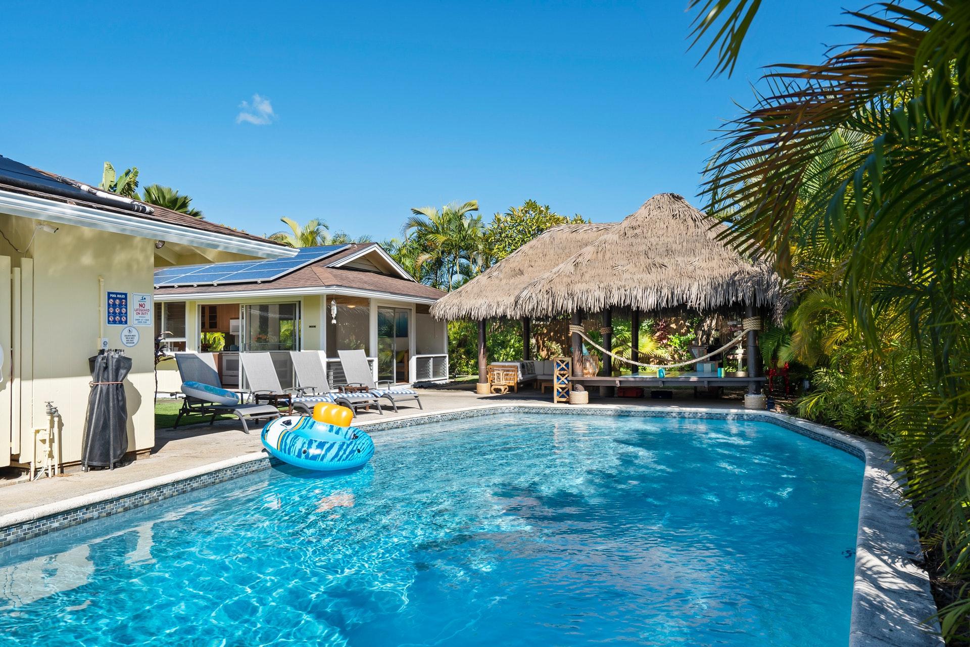 área externa da construção pronta de uma casa com piscina