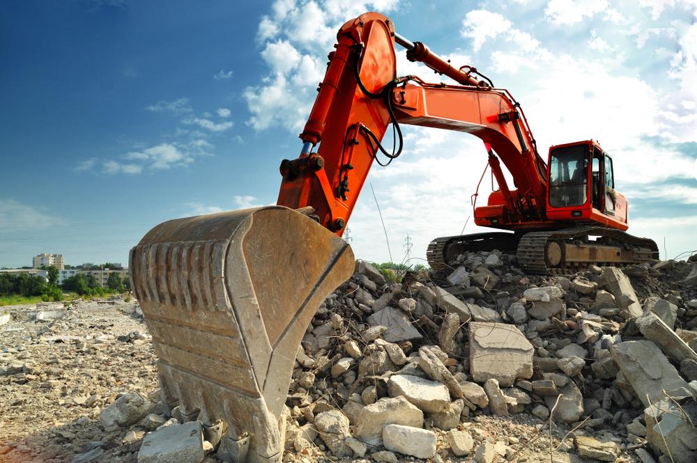 escavadeira recolhendo entulho em uma obra